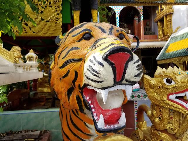 タイのお寺の謎の像